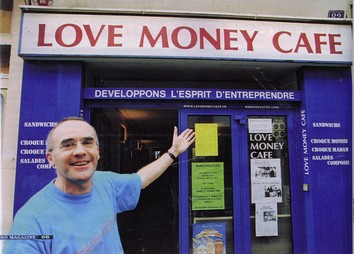 james le bistrotier devant la vitrine du love money café